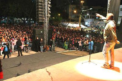 Passetada e show mobilizaram milhares de corumbaenses (Foto: Klverton Velasques)